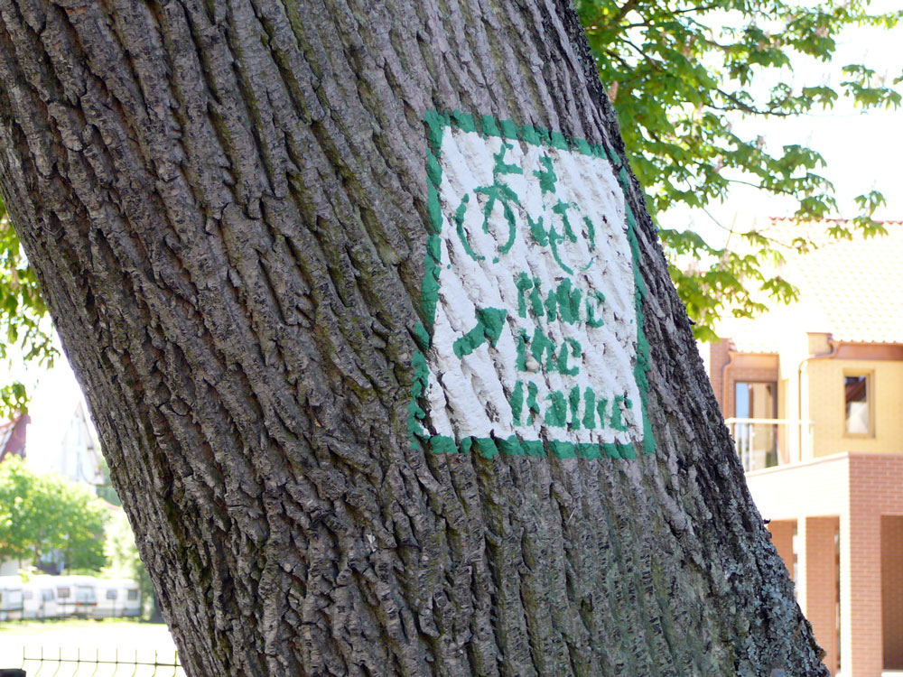 Bike the Baltic - Schild an einem Baum in Kolobrzeg - Kolberg. Foto: Kolberg-Café